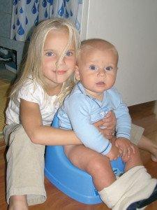 11 mėnesių Pijus su sesute