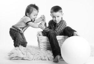 Patarimai, kaip išspręsti vaikų barnius. Pirmasis: neleiskite vaikams skųsti vienas kito