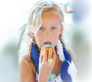 Morta nusprendė surizikuoti ir paragauti mėlyno pyragėlio