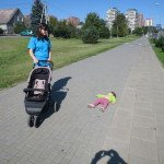 Pavargusi Marcelė tiesiog atsigula ant grindinio, kelias sekundes paguli ir vėl bėga