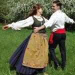Antrą vestuvių dieną pora pasipuošė tautiniais savo šalių kostiumais.jpg