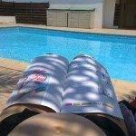Besilaukdama Rita laisvas dienas leido prie baseino skaitydama mamų žurnalus