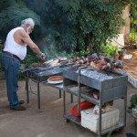 Giorgos tėtis kepa šašlykus. Mėsos kepimas – vyrų užsiėmimas