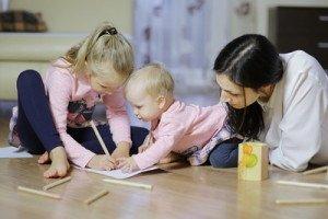 """Net 3 metų vaikai vis dažniau bijo piešti, nes """"nemoka"""". Patarimas – nevertinkite vaiko piešinių"""
