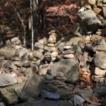 Budistai dėlioja akmenis į bokštus ir prie jų meldžiasi