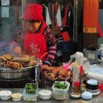 """Sekmadienį nuvykome į Tadžono """"Jungang"""" turgų. Iš karto už akies kliuvo gatvėje vietinių ruošiamas maistas – žarniokai, knysliokai"""