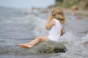 Pavalgė smėlio, atsigėrė upės vandens, prisikando nuorūka... Kas? Vaikas pliaže