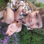 Ieva su savo išaugintu drugeliu Pieviniu sfinksu