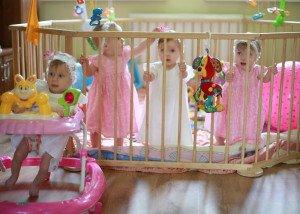 3 mergaitės jau tvirtai stovi, o Lukutė sparčiai vejasi sesutes