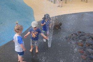zaidimu-aikstelese-vaikai-gali-atsigaivinti-vandens-atrakcijonais