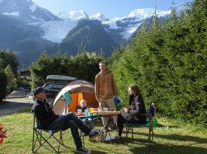 Šeima mėgsta vasarą keliauti po kalnus su palapine. Nuotraukoje – su abiem sunumis prie Monblano