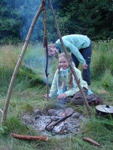 Vaikai tobulai adaptuojasi ir noriai valgo ant laužo gamintą maistą