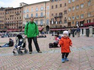 MIesto aikštė Sienoje - puiki vieta pabėgioti ir palęsinti balandžius