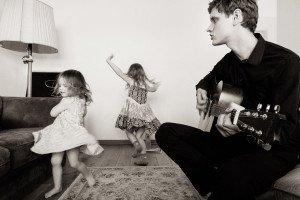Tėvelis muzikantas ir šokėjų grupė