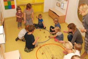 Vaikai suka vilkelius