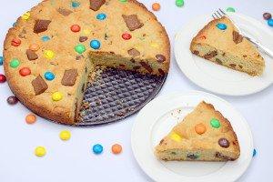 Pyragas su M&M's ir šokolado gabaliukais