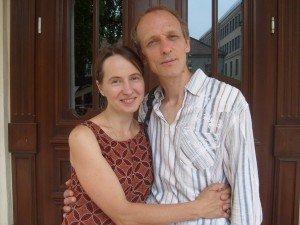 Su vyru prie Kauno Rotušės, kur susituokė prieš 24 metus