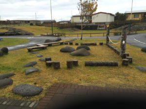 Medis ir akmenys natūraliai papildo aplinką