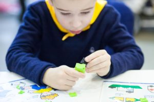 Smulkiaja motorika lavina ir alfa kartos vaikus itraukia konstravimas