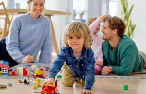 Kada vaikai žaidžia, o kada tik užsiima žaislais? Ir kodėl toks svarbus laisvas žaidimas?