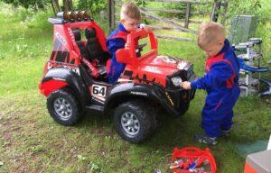 Berniukų manija automobiliams – ideali lavinimo priemonė. Mašinos moko spalvų, skaičių ir motorikos