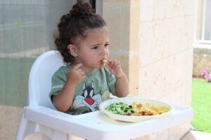 Kūdikio maitinimas gabaliukais: kada kūdikis pasirengęs valgyti šiuo būdu