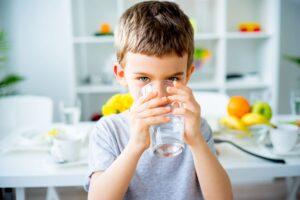 Kaip vaiką pripratinti gerti vandenį: mitybos ekspertės patarimai