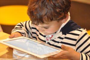 """Vaikas """"prasmegę"""" internete. Psichiatro Lino Slušnio patarimai sunerimusiems tėvams"""