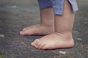 Kaip basomis vaikščioti taisyklingai: tinka žolė, minkštas smėlis, žvyras, akmenukai, spygliai, purvas