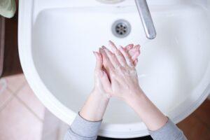Koronaviruso geroji pusė: pagaliau išmoksime čiaudėti ir plauti rankas