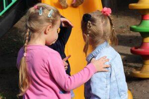"""""""Save the Children"""" psichologų rekomendacijos, kaip su vaikais kalbėtis apie dabartinę situaciją"""