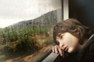Nereikia verstis per galvą, kad liūdinis vaikas pralinksmėtų. Kodėl?