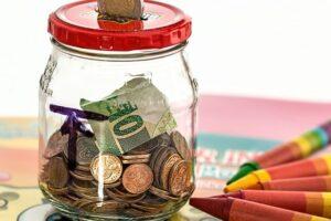 Beveik visi vaikai gimtadienių ar kitų švenčių proga gauna pinigų. Ką vaikai su jais daro?