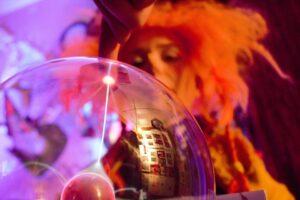 Kad neužkluptų siaubas Nuobodulys: startuoja nauji virtualūs Raganiukės teatro projektai vaikams