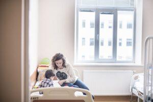 Vieniši vaikai ligoninėse – mamą jiems tenka susigalvoti patiems