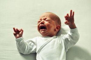 Šokiruojanti žindymo konsultantės išvada: naujagimis gimdymo namuose paniškai išsigando krūties