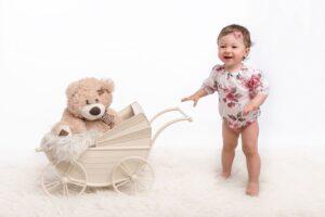 Rimčiausias kūdikio raidos viražas – stovėjimas ir pirmieji žingsniai