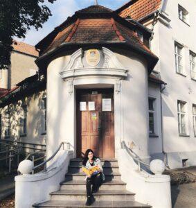 Ignė Zarambaitė prie Šilutės pašto