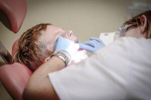 Vaiko dantys kreivi, ką rinktis – plokštelę, breketus ar kapas