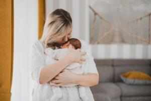 Auksinis mėnuo po gimdymo: akušerė pataria, kaip jį praleisti