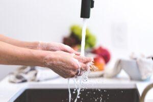 Mokykite vaiką rankas plauti taip, tarsi jas ką tik iki alkūnių buvo panardinęs purve