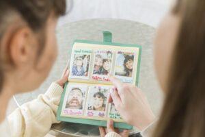 Neretušuota kūdikystė: kodėl momentiniai fotoaparatai grįžo į madą ir yra verti TOP dovanos vardo
