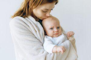 Kūdikystės problema NR.1 – skauda pilvuką. Yra 3 priežastys ir 3 skirtingos pagalbos metodikos