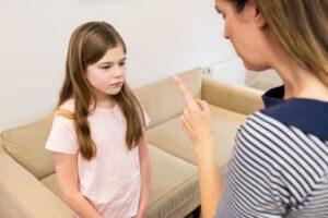 Kas yra psichologinis smurtas prieš vaikus? Psichologė atsakė, kad net lygindami savo vaiką su kitais psichologiškai smurtaujame
