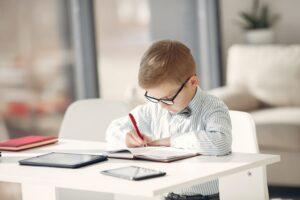 Ar verta mokyti vaikus rašyti ranka šiame informacinių technologijų amžiuje?