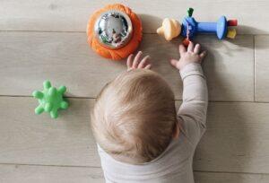 Kūdikio guldymas ant pilvo – kaip tą daryti taisyklingai ir kuo užimti kūdikį, kad toks gulėjimas nepabostų?