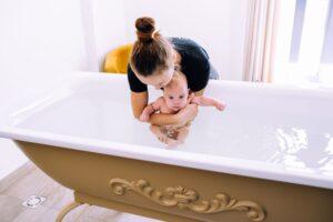 Slaugytojos Militos patarimai apie kūdikėlio švarą – kaip išmaudyti ir nukirpti nagučius