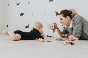 Kūdikis mokosi verstis ant pilvo ir atgal – kaip mes galime padėti?