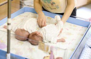 COVID-19 liga gali būti pavojinga nėščiajai ir negimusiam kūdikiui, apie tai gerai žino dvynukės Smiltė ir Elzė