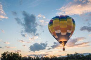 Skrydis oro balionu su vaikais: galimybės ir baimės